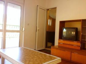 Televízia a/alebo spoločenská miestnosť v ubytovaní Hoxha rooms