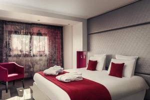 A bed or beds in a room at Mercure Paris Montmartre Sacré Coeur