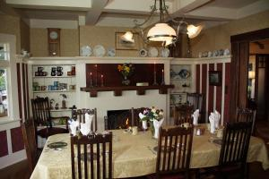 A restaurant or other place to eat at The Jabberwock Bed & Breakfast