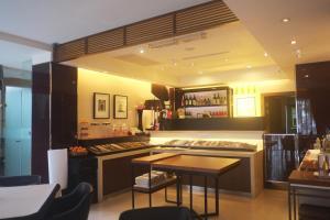 The lounge or bar area at Aqua Bella Hotel