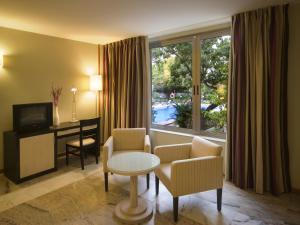 A seating area at Hotel Colon Rambla