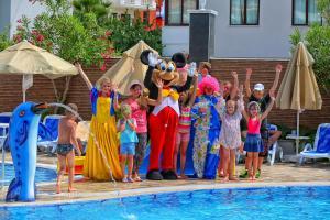 Семья в Blue Wave Suite Hotel