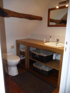 A bathroom at A la Bergerie