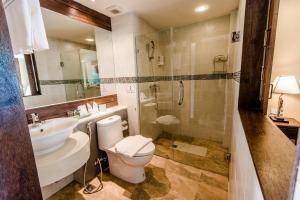 A bathroom at Goldenbell Hotel Chiangmai