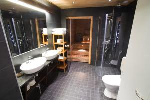 A bathroom at Vuokatinmaa Holiday Apartments