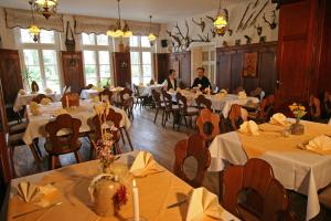 Ein Restaurant oder anderes Speiselokal in der Unterkunft Hotel Bleske im Spreewald