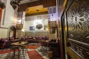 Een restaurant of ander eetgelegenheid bij Riad Meski