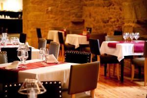Un restaurante o sitio para comer en Hospedería Palacio de Allepuz