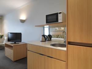A television and/or entertainment centre at Travelodge Hotel Melbourne Southbank