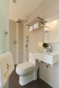 A bathroom at Amigo Hotel