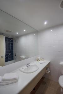 A bathroom at Outback Pioneer Hotel