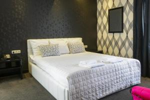 A bed or beds in a room at Hotel Zwanenburg Amsterdam Airport