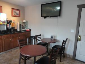 A television and/or entertainment centre at Canadas Best Value Inn & Suites-Vernon