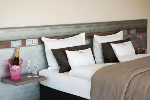 A bed or beds in a room at Golfhotel Vesper