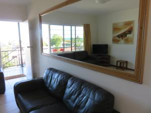 A seating area at Airlie Beach Apartments