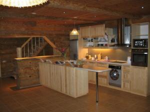 A kitchen or kitchenette at Kalnakriknas