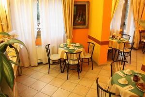 Un restaurante u otro lugar para comer en Hotel Sara
