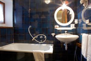 A bathroom at Hotel Dolonne