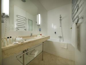 A bathroom at EA Hotel Julis