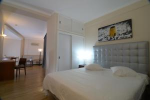 A bed or beds in a room at Duas Torres Hotel