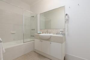 A bathroom at Forte Leeuwin Apartments
