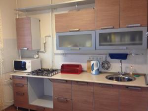Кухня или мини-кухня в Apartment on Lenina Street