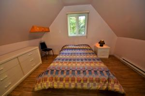 A bed or beds in a room at Chalets-Camping Domaine des Dunes
