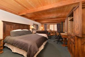 A bed or beds in a room at The Boulder Creek Lodge