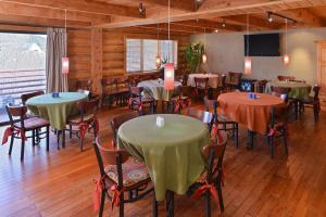 A restaurant or other place to eat at The Boulder Creek Lodge