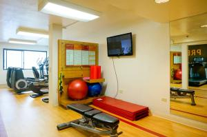 The fitness center and/or fitness facilities at Sheraton Palo Alto Hotel