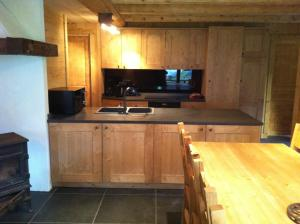 A kitchen or kitchenette at Chalet Narcisse