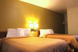 A bed or beds in a room at Echo Lodge