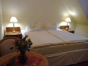 Ein Bett oder Betten in einem Zimmer der Unterkunft Landhotel Schorssow