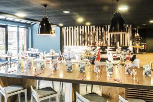 Un restaurante o sitio para comer en ibis Liverpool Centre Albert Dock – Liverpool One