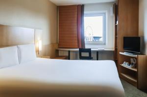 Cama o camas de una habitación en ibis Liverpool Centre Albert Dock – Liverpool One
