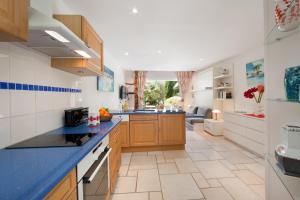 A kitchen or kitchenette at Studio Kalliste - Vision Luxe