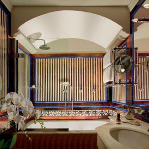 A bathroom at Bio Hotel Raphael - Relais & Châteaux