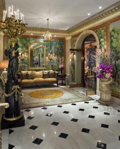 The lobby or reception area at Hôtel Plaza Athénée