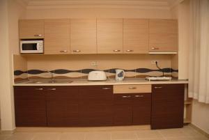 Ett kök eller pentry på Ada-1 Apart Hotel