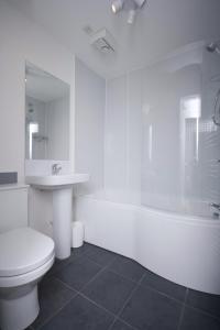A bathroom at Aberdeen Serviced Apartments: Charlotte street