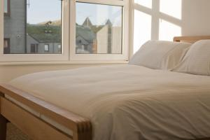 A bed or beds in a room at Aberdeen Serviced Apartments: Charlotte street
