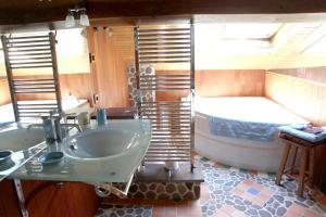 Salle de bains dans l'établissement La Citadelle d'Hututu
