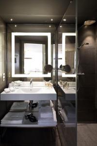 A bathroom at Pullman Brussels Centre Midi