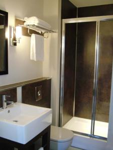 A bathroom at The Abbey Lodge Hotel