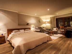 Ein Bett oder Betten in einem Zimmer der Unterkunft Romantik Hotel zur Sonne