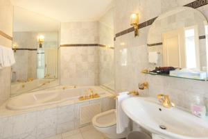 Ένα μπάνιο στο Hotel Central Continental