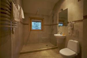 A bathroom at Gniazdo Noclegi - Restauracja