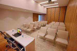 The business area and/or conference room at Fusion Hplus Express +