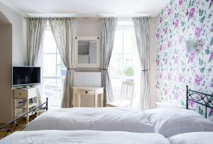 A bed or beds in a room at Hotel Residenz Begaswinkel