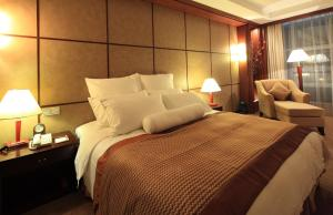 A bed or beds in a room at Southern Airline Pearl Hotel